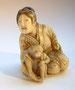 Netsuke 1163 Bijin - die Schönheit  mit Äffchen signiert: HOJITSU  aus der Sammlung Prinz Henry - GB, London  Edo Zeit - 2.H. 19.Jh. um 1860  ca 26x20x25 mm 11,3 g  899,00 EUR