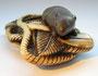 Netsuke 1101 Japanisches Katabori Netsuke 形彫 aus Elfenbein Darstellung: eine Ratte auf shimenawa mit Farnblättern und yuzuriha - unsigniert Edo Zeit - spätes 18. Jh. bis frühes 19.Jh. EUR 1380,00