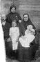Семья Попова Михаила Ивановича. Посередине в светлом платье - его сестра Александра.