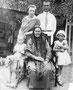 Кудинова (в девичестве Калугина) Любовь Степановна, 1900 г.р. с мужем Кудиновым Иванов и детьми. Бабушка - предположительно Калугина Татьяна Никитична.