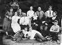 4-й слева в галстуке - известный фельдшер Логиновский Василий Иванович; крайний справа в галстуке - Лукашов Н. А., крайняя справа - Логиновская (в дев. Григорьева) М. Г., перед ней сидит сын Борис, на полу лежит дочь Валентина. 1930-е гг.