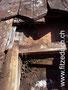 Gebrochener Ziegel, steter Wassereintritt, Beginn eines Schimmelbefalls und Holzfäulnis