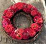 kleiner Rosenkranz als persönlicher Abschiedsgruß / SMITHERS-OASIS Company Floral Foam. All rights reserved.