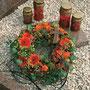 kleiner Blütenkranz als persönlicher Abschiedsgruß / SMITHERS-OASIS Company Floral Foam. All rights reserved.