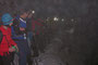 30 Stirnlampen im dicken Nebel beim Veloständer
