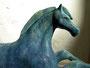 """Detail Pferdeskulptur """"Nach der Rast"""", Keramik auf Sandsteinsockel, Ansicht von rechts"""