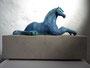 """Pferdeskulptur """"Nach der Rast"""", Keramik auf Sandsteinsockel, Ansicht von rechts"""