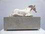 """Pferdeskulptur """"Ruhe"""", Keramik auf Sandsteinsockel, Ansicht von rechts"""