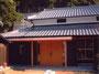 瓦屋根と漆喰の外観