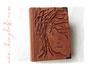 Hochzeitsgästebuch aus Echtleder mit Hochrelief Baum, Herzanhängern, Namen und Buchecken aus Metall.