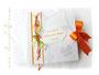 Foto-Gästebuch mit Gästefragebogen zur Hochzeit in den Farben weiß/seidenmatt, orange und grün; mit Callas, Perlen, Bändern und bedrucktem Label.