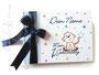 Foto-Gästebuch zum 1.Geburtstag - 21cmx16cm, 30 Blatt weiß, mit individueller Grafik (Name, Titel, Äffchen, Sterne) bedruckter Einband, in den Farben weiß, hell- und dunkelblau sowie Regenbogenfarben.