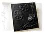 Fotoalbum Zeitreise - 30cmx30cm, 100 Seiten weiß, Bezug: Crash-Lederimitat schwarz, Einbandgestaltung: Hochrelief Zahnräder, mechanische Taschenuhr mit Kette, Metall-Buchecken mattschwarz.