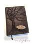 Weintagebuch - A4, Hochrelief Baum, Bezugstoff Nappa-Verlour-Lederimitat braun, Holzschild beschriftet, antikmessingfarbene Buchecken aus Metall.