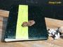 Fotoalbum - 25cmx30cm, 100 Seiten weiß, Bezug: Samt dunkelgrün, Buchschmuck: vertikale Borte in hellgrün mit lackierter Echtholz-Applikation.