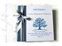 Fotoalbum 30cmx30cm, 100 Seiten weiß, Einband blau und weiß; bedruckt mit Namen, Lebensbaum, Spruch; Schleifen grau-weiß-gepunktet auf weiß.