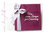 Fotobuch in weiß und brombeerfarben. Hardcovereinand mit floralem Muster, individueller Beschriftung und Satinschleife.
