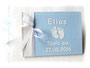 Kleines Gästebuch zur Taufe in weiß und hellblau mit Namen, Datum, Babyfüßen und gedrucktem Taufspruch im Inneren des Buches.