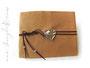 Hochzeitsgeschenk Lederalbum - caramelfarben, 100 elfenbeinfarbene Seiten aus Fotokarton, Herzanhänger aus Metall