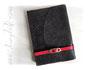 Notizbuch - A5, 160 Seiten rot, Softcover Lederimitat-Stoff mit Baumrindenoptik in dunkelbraun, Buchverschluss: Ledergürtel in rot mit goldfarbener Schnalle.