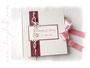 Gästebuch in weiß, rosa und dunkelrot, mit Perlen, Bändern, Herzen und Druck.