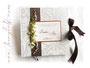 Fotoalbum zur Hochzeit - Einband aus Strukturkarton mit Retro-Muster; Farben weiß/seidenmatt, braun und kupfer; mit Callas.