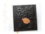 Trauerbuch -Der Baum des Lebens- mit Reliefeinband in schwarz, bedruckter Blatt-Applikation und Druck persönlicher Daten auf der 1. Seite im Buch.