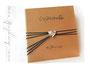 Fotoalbum mit Ledereinband (Hardcover) - Personalisiert mit graviertem Herzanhänger als Verschluss, Beschriftung mit Lederfarbe und bedrucktem Vorsatzpapier.
