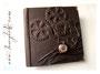 Fotoalbum Zeitreise - 30cmx30cm, 100 Seiten, Hochrelief Zahnräder, kurzer Schriftzug; Bezugstoff Nappa-Verlour-Lederimitat braun, antikkupferfarbene Taschenuhr und Buchecken aus Metall.