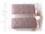 Quadratisches Fotoalbum - Gepolsterter Bucheinband bezogen mit Spitzenstoff in altrosa, dazu umlaufender Schleifenverschluss in puderrosa, Buchblock 50 Blatt in hellcreme.