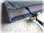 Fadengehefteter Buchblock aus weißem 120g/m² Papier, Kapitalband in weiß und Zeichenlitze in blau