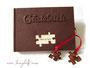Gästebuch Hochzeit - mit Reliefeinband und Puzzleteilen an Satinbändern; Format 21cm x 15cm; 120-seitiger Buchblock elfenbeinfarben; Druck persönlicher Daten.