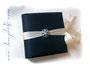 Tagebuch mit Fotoalbum-Buchblock - Format 24cm x 24cm, 50 Blatt elfenbeinfarben. Der gepolsterte Hardcovereinband ist mit marineblauem Crashtaft bezogen. Die umlaufende Borte mit Brosche mündet in einem Schleifenverschluss. HERZLICHEN DANK an ڿڰ✿ K.W.