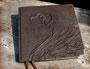 Hochzeitsgästebuch - Einband mit Hochrelief, bezogen mit hochwertigem Velour-Lederimitat in dunkelbraun, mit schützenden antikmessingfarbenen Buchecken aus Metall; Buchblock aus Künstlerpapier.