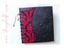 Fotoalbum mit Korsettschnürung und Initialen in rot und schwarz.