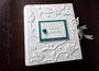 Fotoalbum zur Hochzeit mit Reliefeinband - Bezug aus naturweißem Nappa-Velour-Lederimitat-Stoff; Coverdruck, Glasherz und Schleifenverschluss.