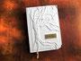 Gästebuch mit Baumrelief in edlem, naturweißen Nappa-Velour-Lederimitat mit graviertem Schild aus Metall.