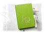 Freundschaftsbuch in grün und creme - A5-Hardcoverbuch mit grünem Einband, Buchblock mit wechselnden Lagen von grünem und cremefarbenen Papier, Leseband mit Perle, Name auf dem Cover und Schleifenverschluss. VIELEN DANK an ڿڰ✿ A.F. aus T.