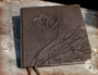 Sonderanfertigung eines Gästebuches - Hardcovereinband mit Relief, bezogen mit hochwertigem Velour-Lederimitat in dunkelbraun, mit schützenden antikmessingfarbenen Buchecken aus Metall. ڿڰ✿ HERZLICHEN DANK an S&G aus F.