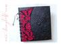 Fotoalbum Korsett und Initialen - 29cmx32cm, 100 Seiten schwarz, Bezug: Crash-Lederimitat schwarz, Korsett: Leinen gemuster in rot und schwarz, anthrazitfarbene Kordel, silberfarbene Hohlnieten, Metall-Buchecken mattschwarz.