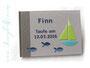 Gästebuch Taufe Junge in den Farben grau, blau, grün, türkis, weiß; Cover mit Namen, Segelboot und Fischen, sowie Anker auf dem hinteren Einbanddeckel.