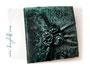 Fotoalbum - 30cmx30cm, 100 Seiten weiß, Bezug: Samt changierend dunkelgrün, Buchschmuck: handgenähte Samtrosen aus dem Material des Bezugstoffs, antikmessingfarbene Buchecken aus Metall.