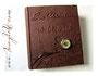 """Fotoalbum """"ZeitReise"""" - mit mechanischer Taschenuhr, Einband aus bronzebraunem Lederimitat, Metallbuchecken, Relief von Namen u. Datum, Druck einer Widmung im Inneren des Albums. - Angefertigt nach den Vorstellungen von D.L. aus S.  Vielen Dank!"""
