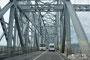 На всем протяжении моста – сплошная разметка. Движение грузовиков запрещено. Самый крупный транспорт – городские 12-метровые автобусы ЛиАЗ. По крайней мере, я ничего крупнее не видел…