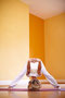 Prasarita Padottanasana, das Dach: öffnet die Schultern, dehnt deine Körperrückseite