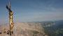 Ein Blick vom Gipfelkreuz auf die umliegende Berglandschaft.