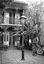 """Patio à Toulouse Street : """"Ils entrèrent dans une cour... surmontée d'un balcon...les murs de ces mêmes briques recuites formant un rempart..."""" Extrait des Palmiers Sauvages de W. Faulkner"""