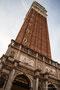 Campanile (Glockenturm) des Markusdoms. Seine Höhe beträgt 98,6 Meter.