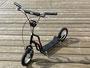 """Modell Oz Superior Tretroller. Stilvoller Roller für Erwachsene und Kinder ab 8 Jahren. Komfortable Luftbereifung auf 12""""-Alufelgen. V-Brake-Bremsen."""