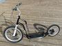 """Modell Mezeq. Robuster Scooter für Erwachsene ab 155cm Körpergröße, bis 150kg belastbar. Scheibenbremsen. 20""""-Vorderrad und 16""""-Hinterrad."""
